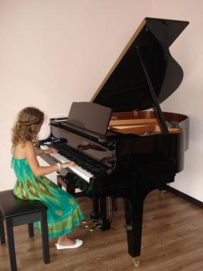 Todas nuestras clases de piano impartimos en pianos profesionales de marcas conocidas(Kawai,Petroff,Yamaha...) y para alumnos avanzados,en piano de cola marca KAWAI.